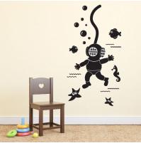 Bērnu istabas vai kabineta sienas dekors - akvalangists dzelmē